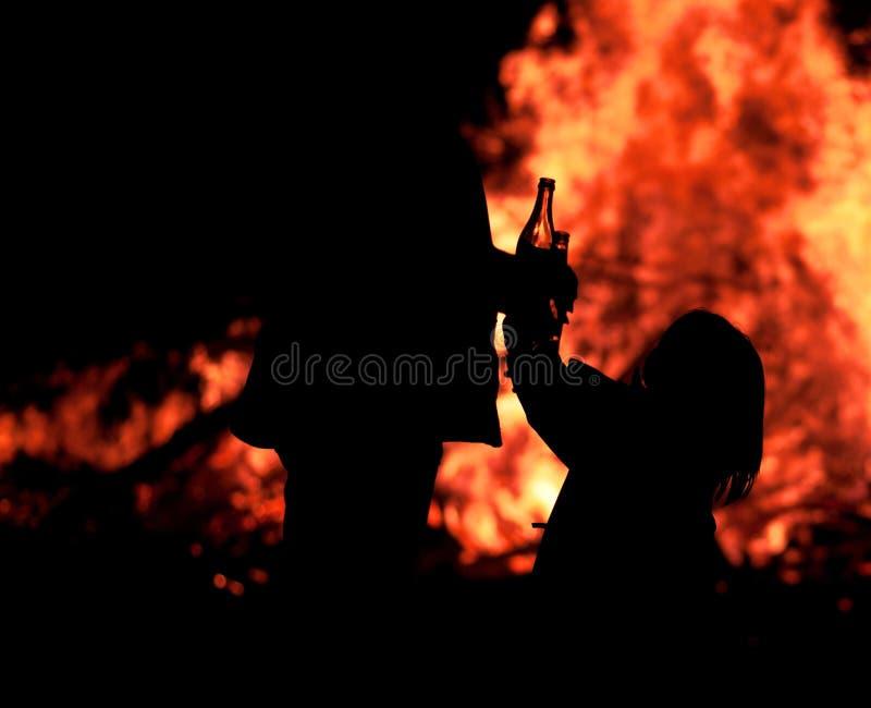 Mädchen vor Feuer stockbild