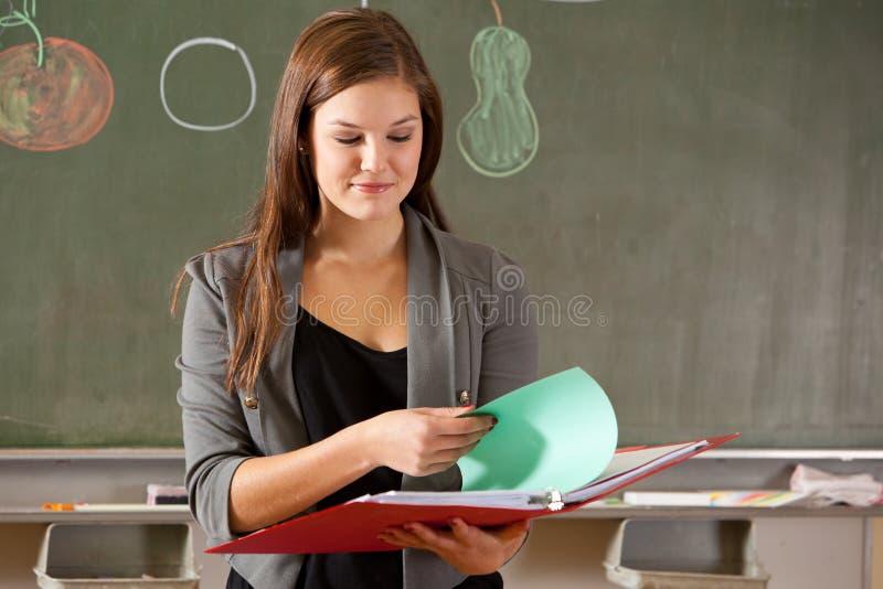 Mädchen vor Klassenzimmer stockbild