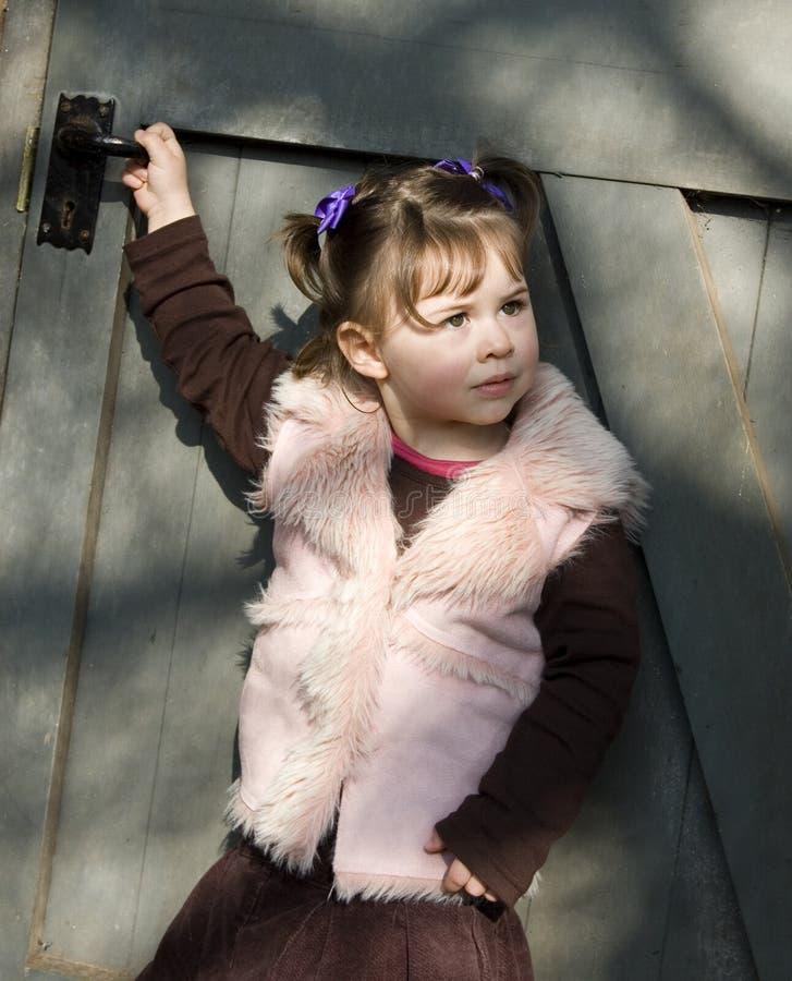 Mädchen vor Tür stockbilder