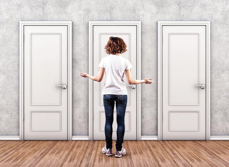 Mädchen vor Türen lizenzfreies stockbild