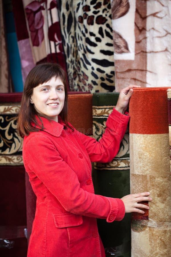 Mädchen wählt Wolldecke lizenzfreie stockfotos
