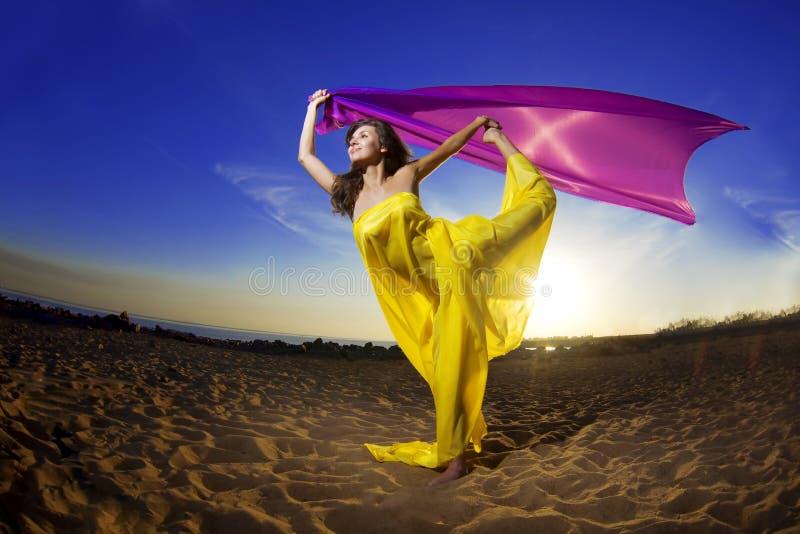 Mädchen am wachsenden Gewebe des Strandes stockbild