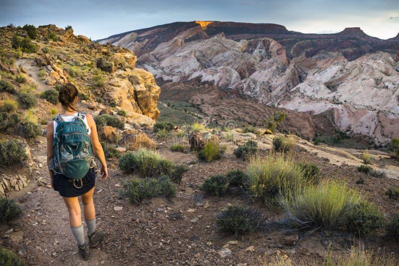 Mädchen-Wanderer in einem Brücken-Hinterkapitol-Riff Nati Brimhall natürlichen stockbilder