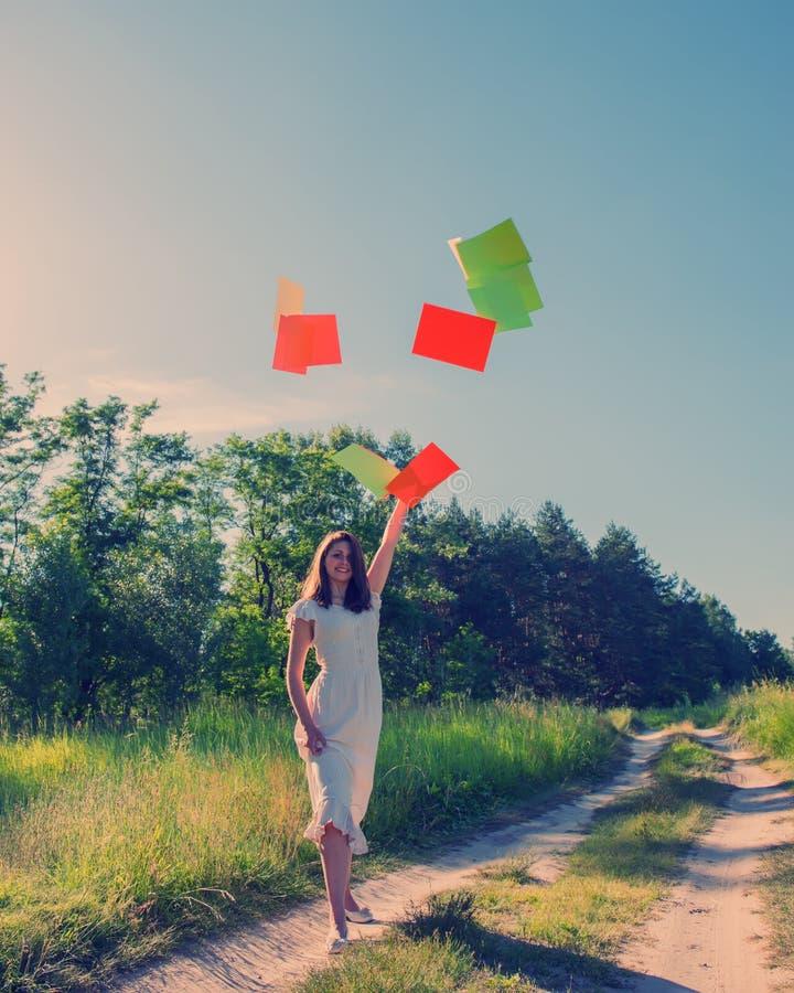 Mädchen warf froh Blätter Papier lizenzfreies stockfoto