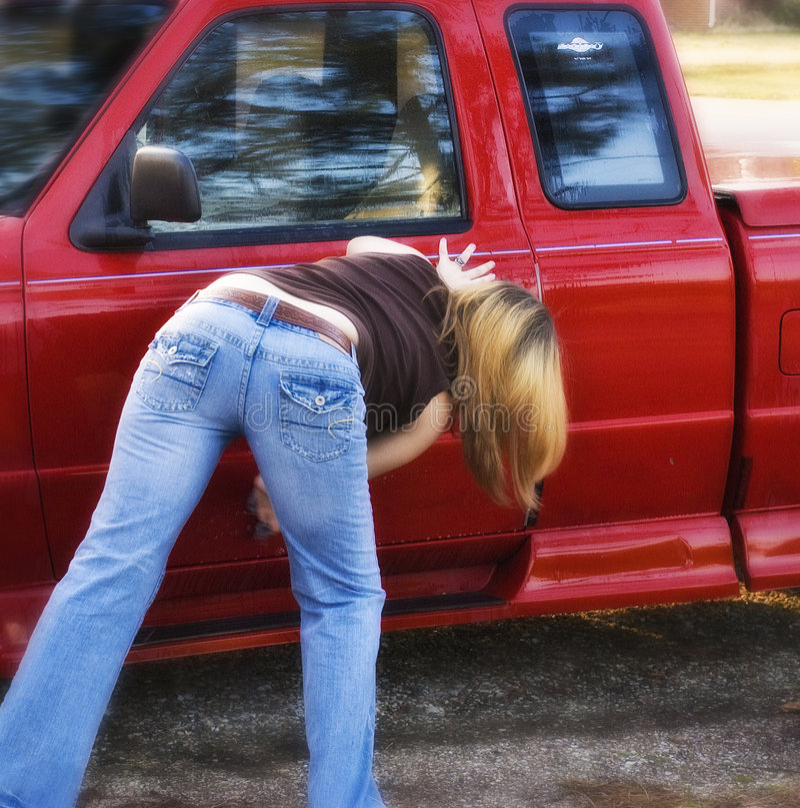 Mädchen-waschendes Auto lizenzfreies stockfoto