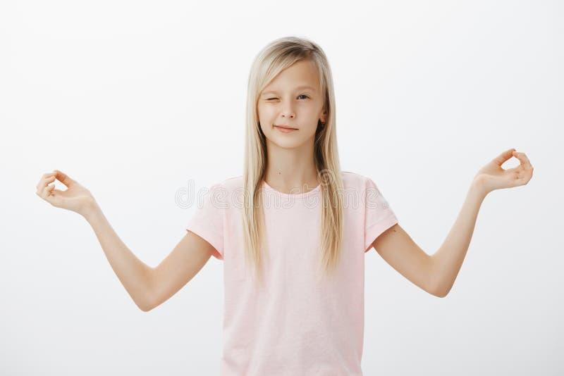 Mädchen watchng ihre Eltern, sie zwingend, um zusammen, zu meditieren zu beginnen Neugieriges entzückendes weibliches Kind mit de lizenzfreie stockfotografie