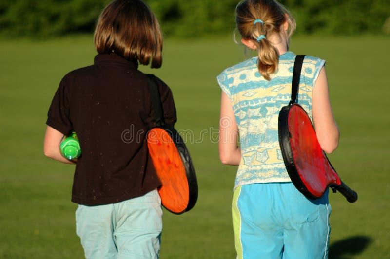 Mädchen weg, zum von Tennis zu spielen lizenzfreie stockfotografie