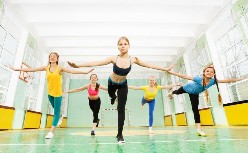 Mädchen, welche die Balance steht in Schwalbenposition halten stockfoto
