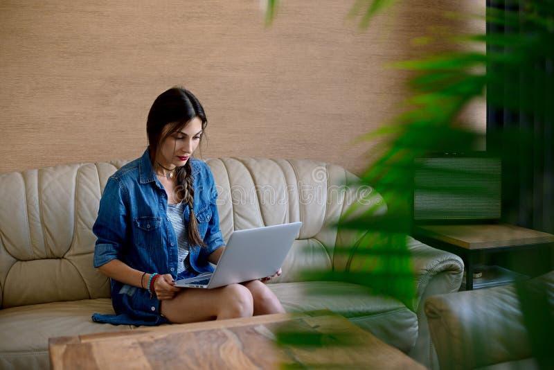 Mädchen, welches das Internet mit Laptop surft lizenzfreie stockfotos