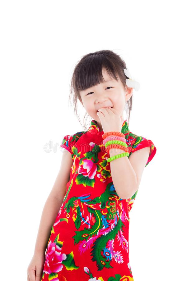 Mädchen, welches das rote chinesische Trachtenkleidlachen trägt stockbilder