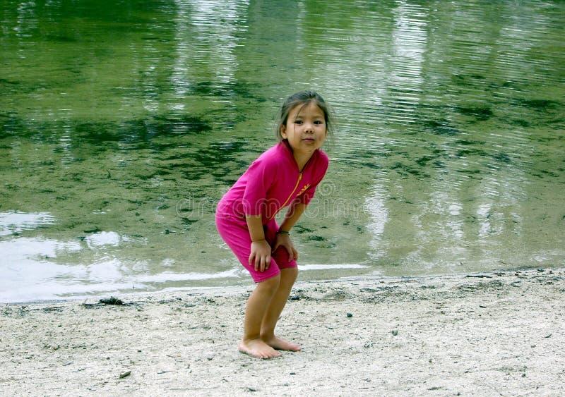 Mädchen, welches das Wasser bereitsteht lizenzfreie stockfotos