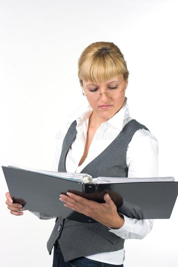 Mädchen, welches die Dokumente verwahrt und sie betrachtet lizenzfreie stockfotos