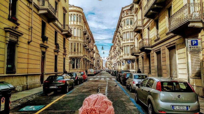 Mädchen, welches die endlose Straße sieht stockbilder