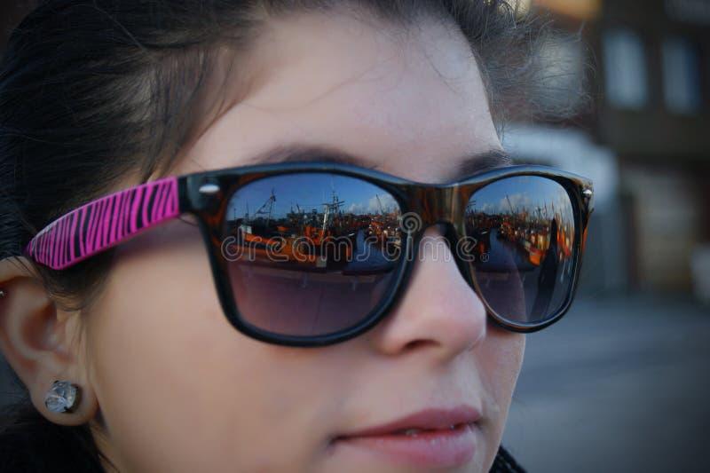 Mädchen, welches die orange Boote betrachtet lizenzfreie stockbilder