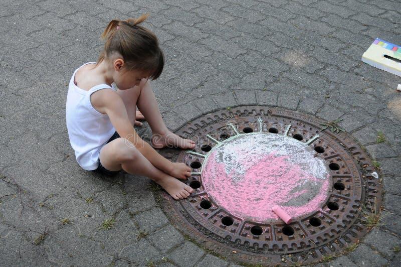 Mädchen, welches die Straße kreidet lizenzfreie stockfotografie