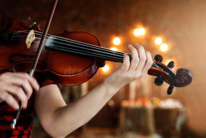 Mädchen, welches die Violine spielt Hand eines Mädchens und der Geige lizenzfreie stockfotos
