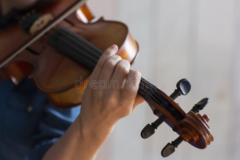 Mädchen, welches die Violine spielt Hand eines Mädchens und der Geige stockfoto