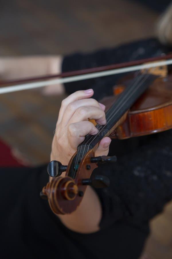 Mädchen, welches die Violine spielt Hand eines Mädchens und der Geige lizenzfreies stockfoto