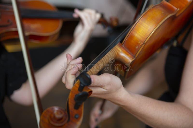 Mädchen, welches die Violine spielt Hand eines Mädchens und der Geige lizenzfreie stockbilder