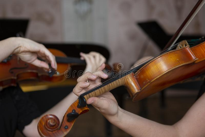 Mädchen, welches die Violine spielt Hand eines Mädchens und der Geige stockfotos
