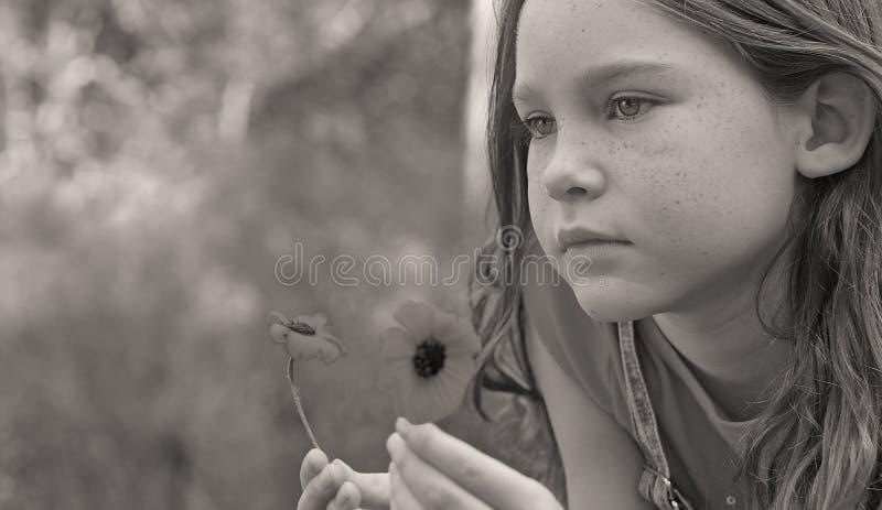 Mädchen-wirbelnde Gänseblümchen lizenzfreie stockfotos
