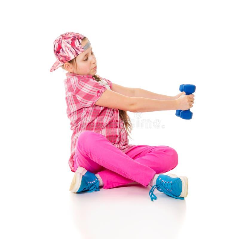 Mädchen wird in den Dumbbells eingerückt lizenzfreies stockfoto