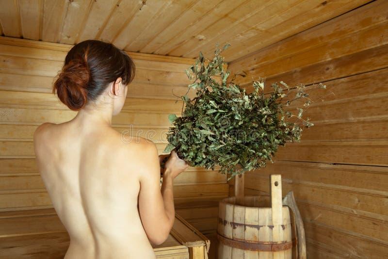 Mädchen wird in der Sauna gedämpft lizenzfreies stockfoto