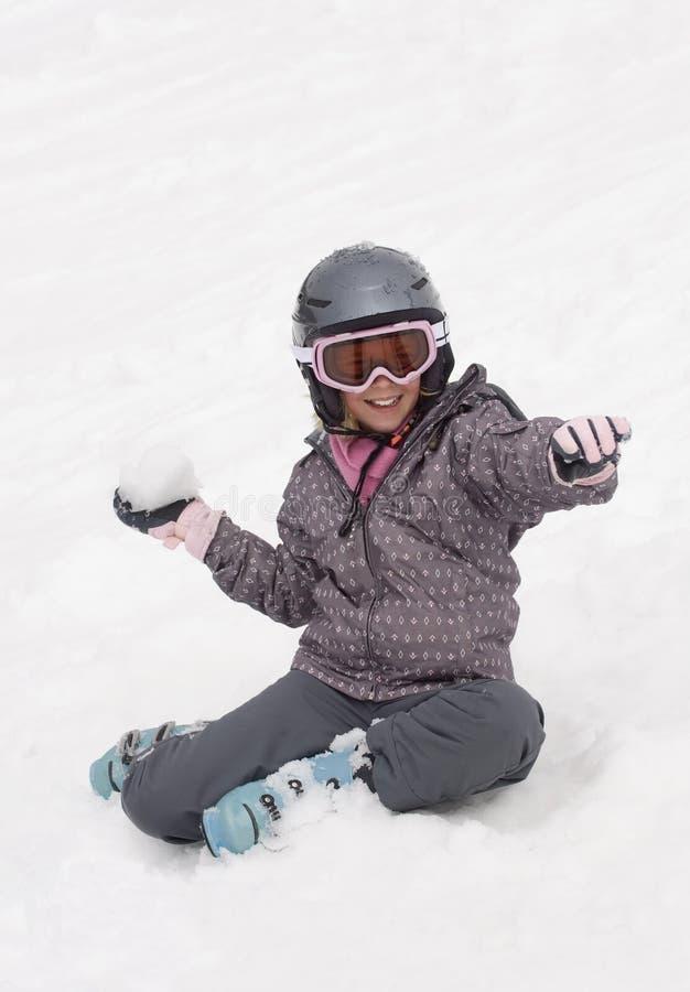 Mädchen wirft Schneeball lizenzfreie stockbilder