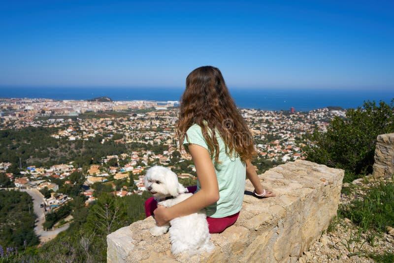 Mädchen wirh Schoßhund, der Denia-Vogelperspektive betrachtet stockbilder
