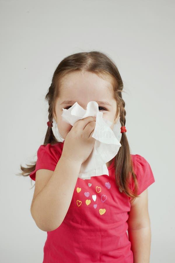 Mädchen wischt ihre Nase mit einem Gewebe ab lizenzfreie stockfotos