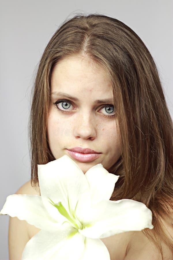 Mädchen zeigt eine Lilie lizenzfreies stockbild