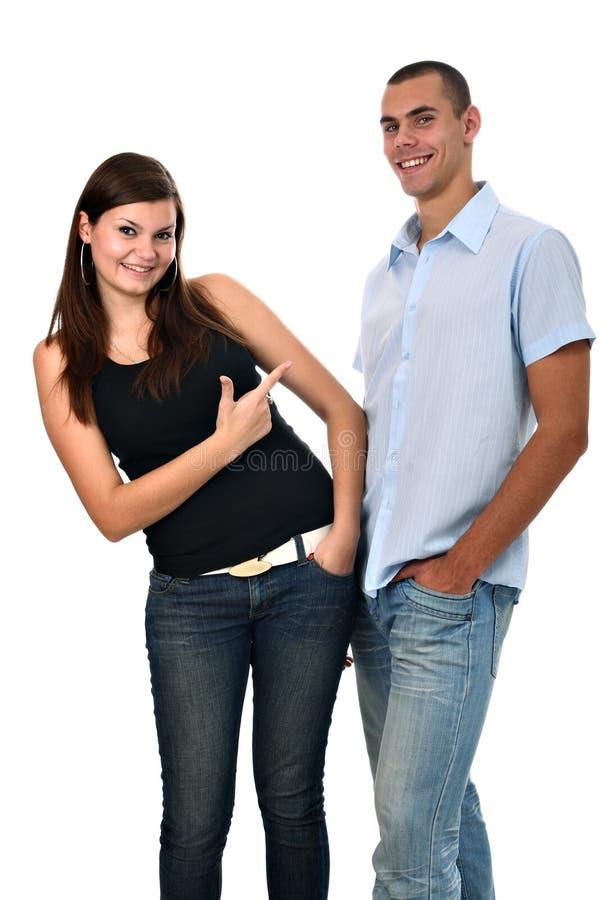 Mädchen zeigt ihren Finger auf den Jungen, der auf Weiß getrennt wird stockbilder