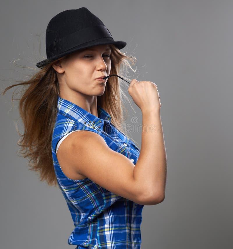 Mädchen zeigt, was sie stark ist, Jungenausstattung lizenzfreie stockbilder