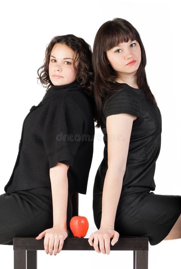 Mädchen zwei auf Tabelle stockfoto