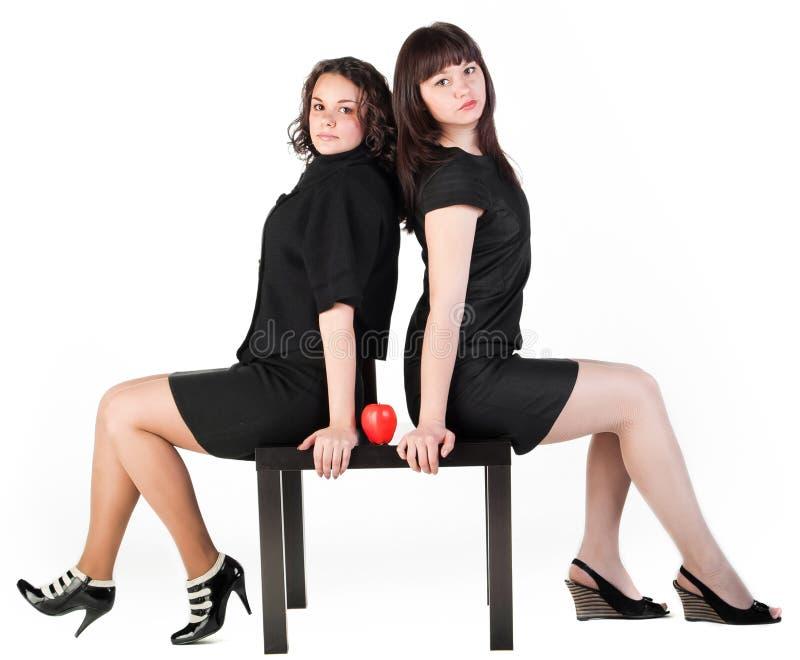 Mädchen zwei auf Tabelle stockfotografie