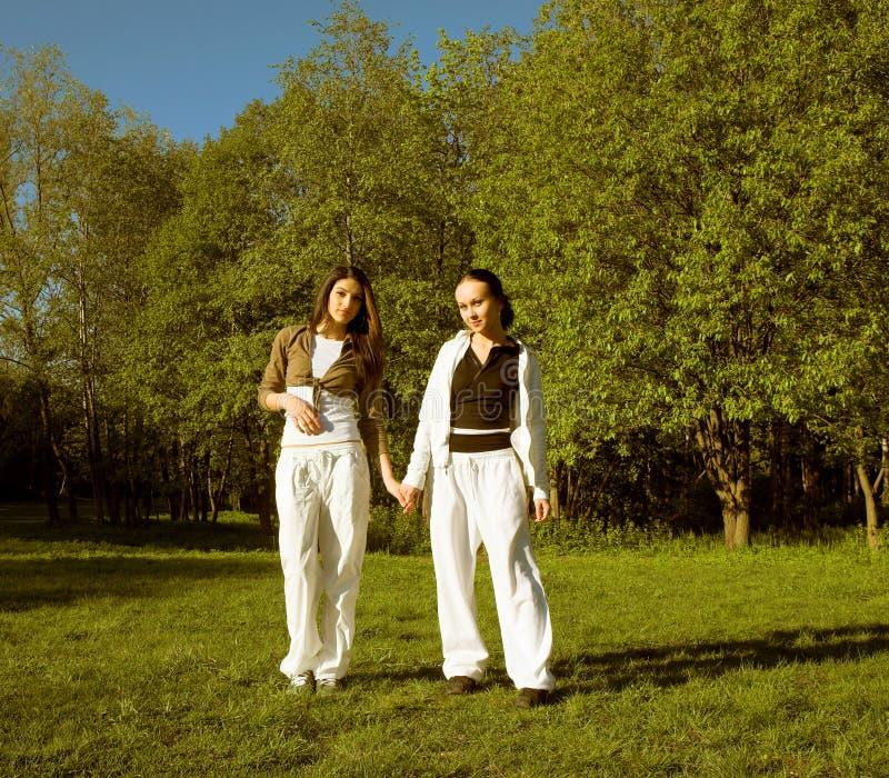 Mädchen zwei, das in Park springt lizenzfreies stockfoto