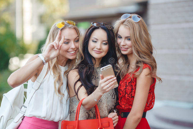 Mädchenansichtfotos an einem Handy lizenzfreies stockbild