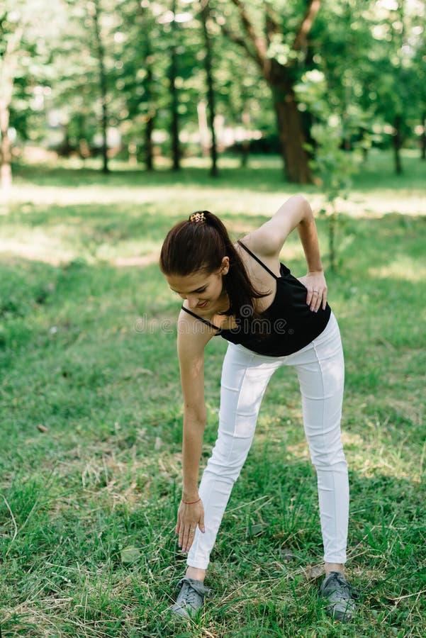 Mädchenathlet auf der Art von Yoga lizenzfreie stockfotos