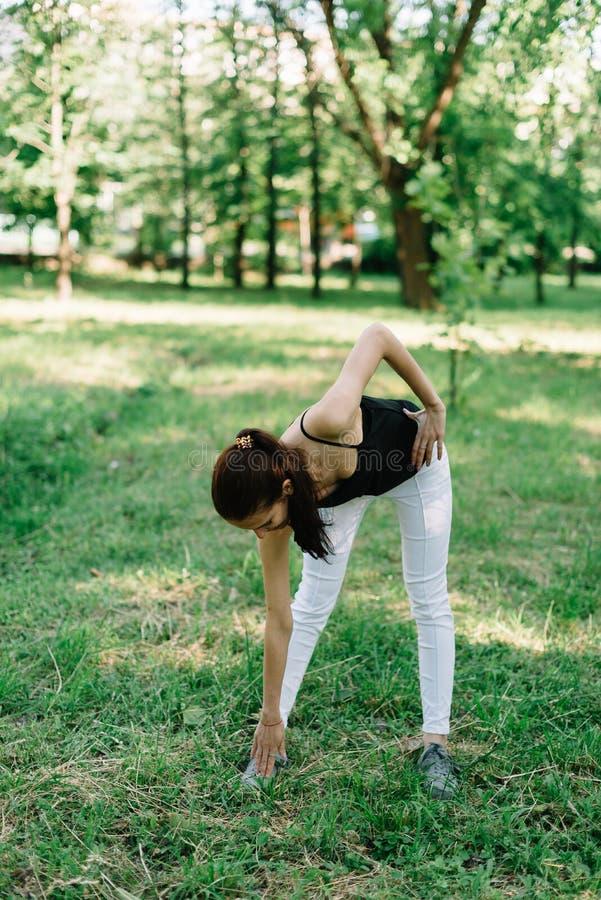 Mädchenathlet auf der Art von Yoga stockbilder