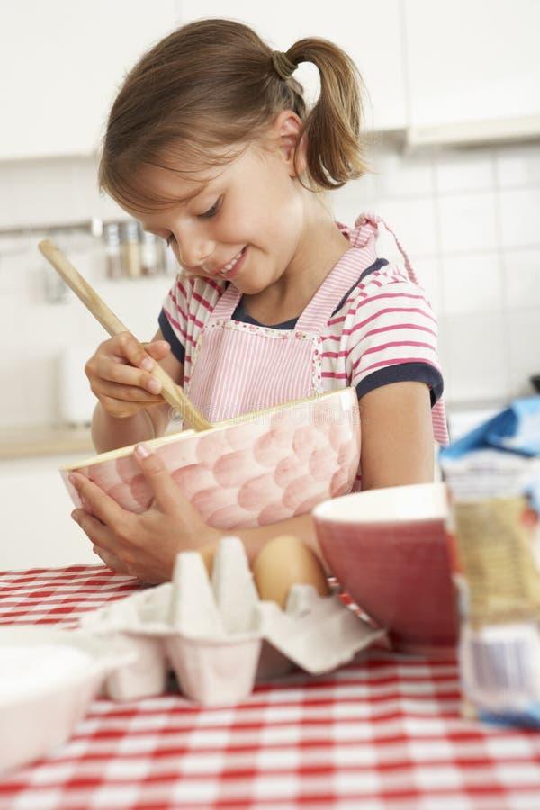 Mädchenbacken in der Küche lizenzfreies stockbild