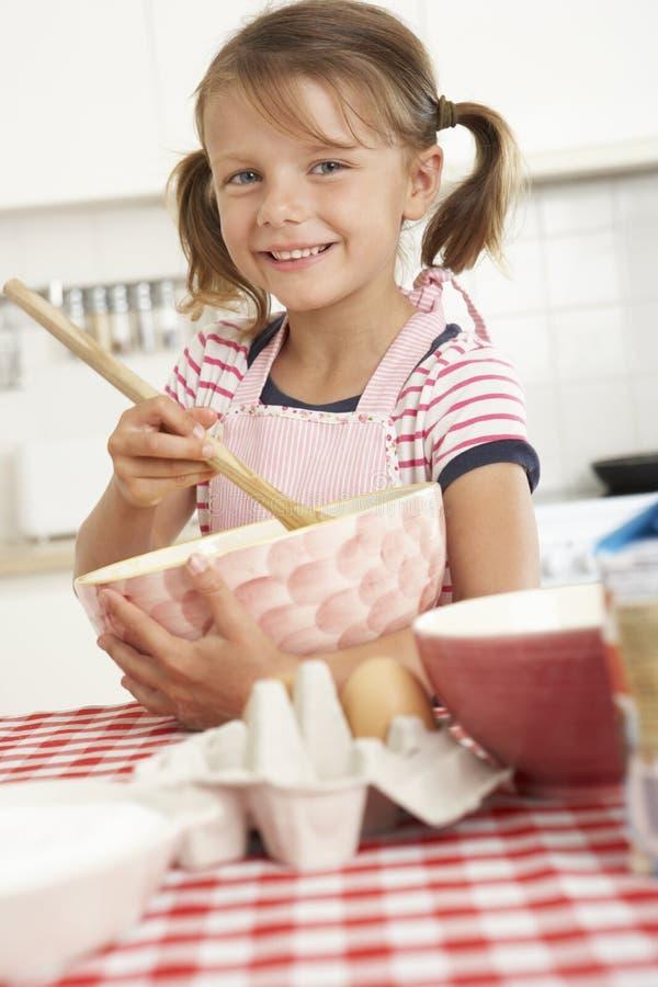 Mädchenbacken in der Küche stockbild