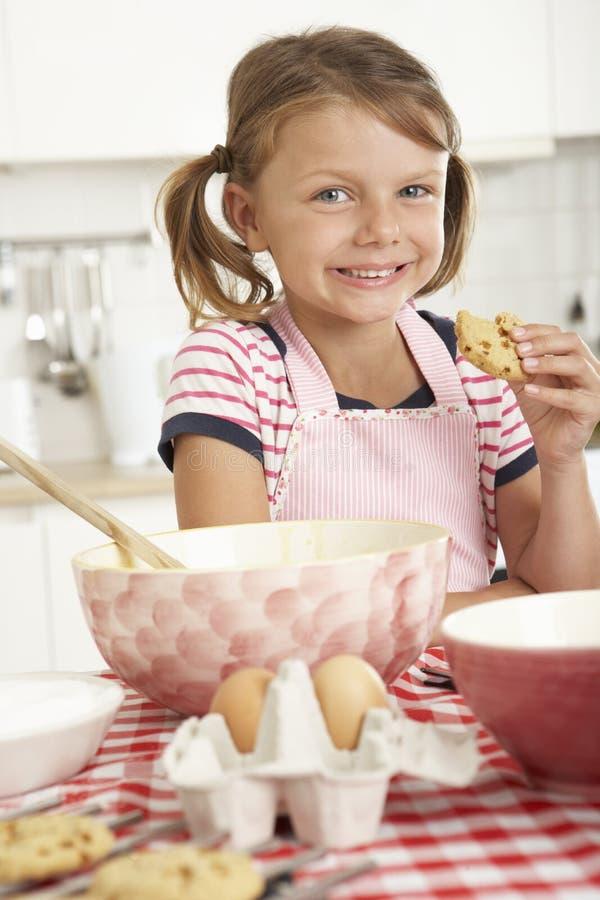 Mädchenbacken in der Küche stockfoto