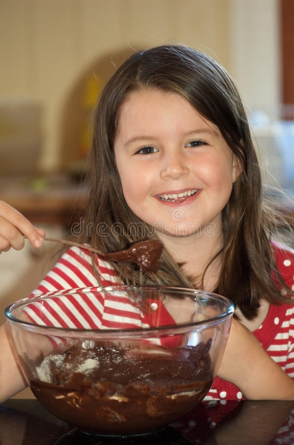 Mädchenbacken-Schokoladenkuchen stockbild