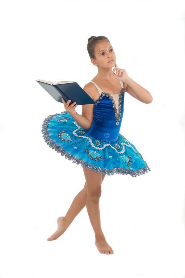 Mädchenballerinatanzen während gelesenes Buch Ballettkarrierefragen Entzug der Kinderballerina Die meisten des Zeitkindertänzers lizenzfreies stockfoto