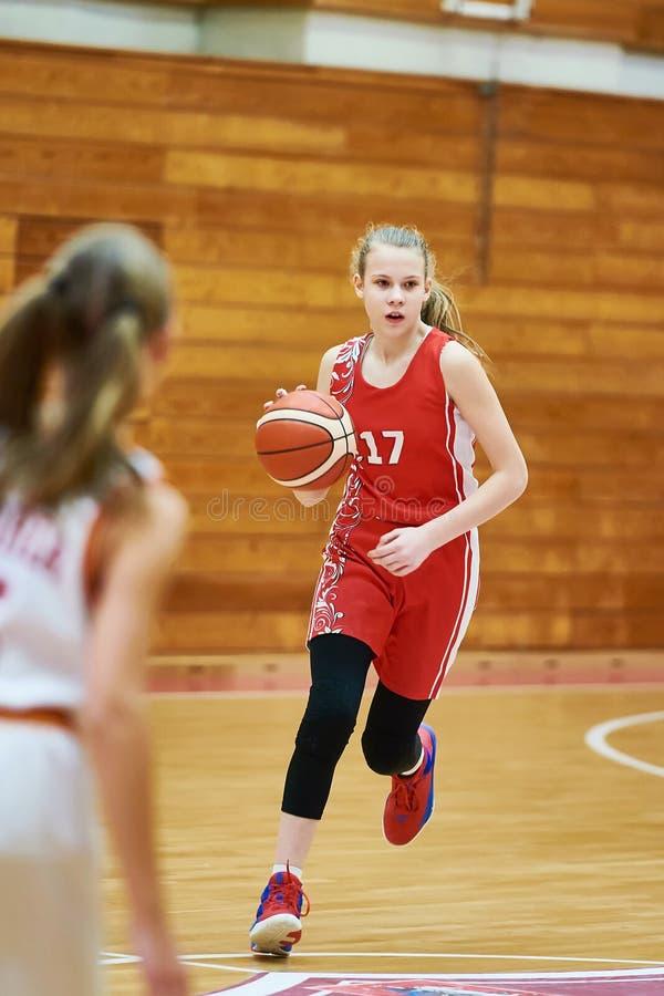 Mädchenbasketball-spieler mit Ball im Spiel stockfotos