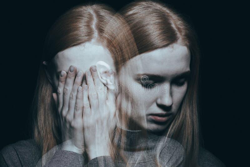 Mädchenbedeckung ihr Gesicht lizenzfreie stockfotografie