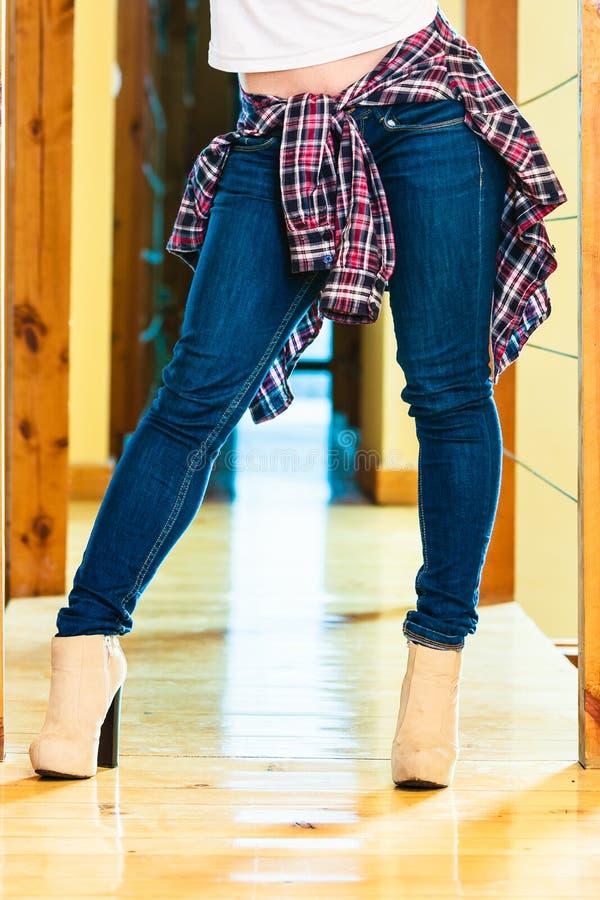Mädchenbeine in den Stiefeln der Denimhosen-hohen Absätze stockfotos