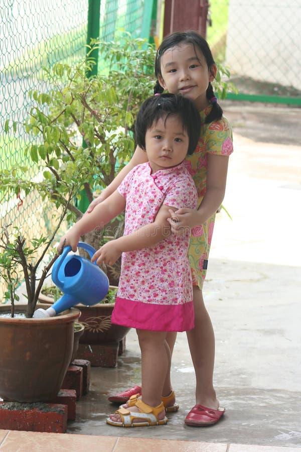 Mädchenbewässerungsanlage lizenzfreies stockfoto