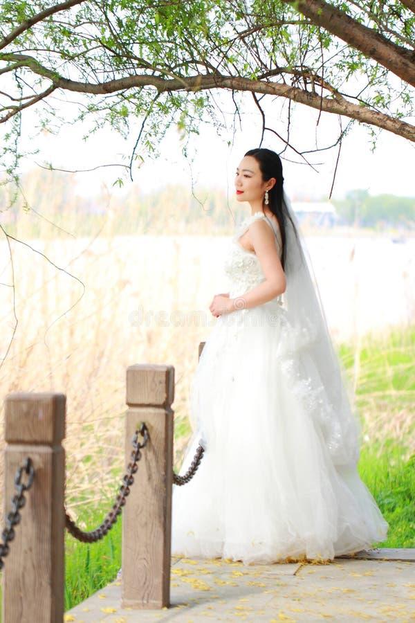 Ungewöhnlich Frisuren Für Hochzeitskleider Fotos - Brautkleider ...