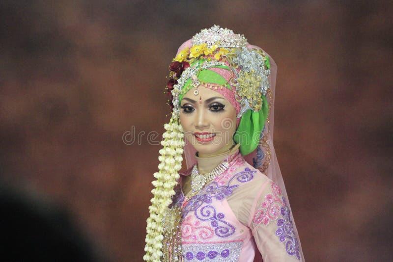 Mädchenbraut im Hochzeitskleid traditionell stockbilder